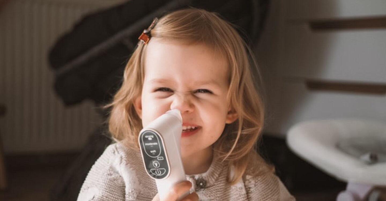 Dziewczynka z aspiratorem Neno Sinus