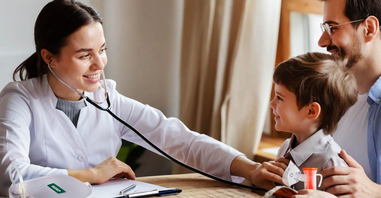 Lekarz badający dziecko
